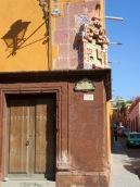 Il suffit de lever les yeux pour admirer les décorations des édifices patrimoniaux, San Miguel de Allende, Guanajuato, Mexique.