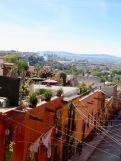 Le petit pont de la rue Quebrada offre une vue imprenable sur l'historique rue Canal et les toits des maisons qui la bordent, San Miguel de Allende, Guanajuato, Mexique.