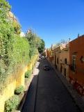 La rue Canal, une de mes vues préférées, à partir du pont de la rue Quebrada. A gauche, le mur de l'église de l'immaculée Conception, San Miguel de Allende, Guanajuato, Mexique.