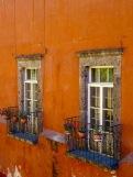 Cette fenêtre si joliment décorée a vue sur la très ancienne rue Canal, San Miguel de Allende, Guanajuato, Mexique.