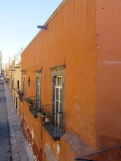 La rue Canal en direction du Jardin, vue du haut du petit pont de la rue Quebrada, San Miguel de Allende, Guanajuato, Mexique.