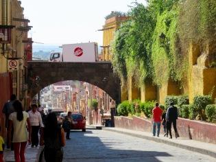 Le pont de la rue Quebrada surplombe l'historique rue Canal. Il offre une vue imprenable sur la ville et ses lacs au loin. C'est l'une de mes vues préférées. San Miguel de Allende, Guanajuato, Mexique.