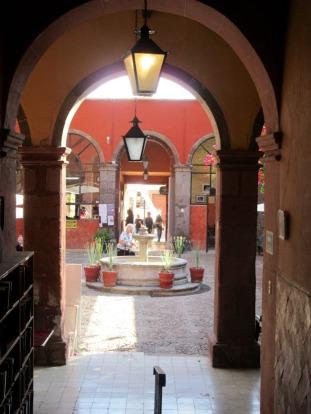 Vue sur la fontaine de la cour intérieure de la Biblioteca Pública de San Miguel de Allende à partir des salles sous les arcades, Guanajuato, Mexique.