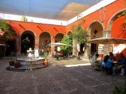 La cour centrale de la Biblioteca Pública accueille les amoureux de la culture. San Miguel de Allende, Guanajuato, Mexique