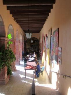 Des cours sont donnés régulièrement sous ces arcades. C'est aussi à cet endroit que se tiennent les Conversaciones con Amigos deux fois par semaine. San Miguel de Allende, Guanajuato, Mexique.
