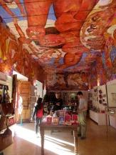 Le plafond et les murs de la boutique à l'entrée de la Biblioteca Pública sont couverts de fresques, un régal pour les yeux. San Miguel de Allende, Guanajuato, Mexique.