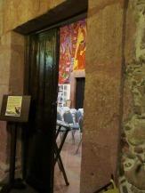 La sala Quetzal avec son plafond et ses murs couverts de fresques. Une enseigne indique que la prise de photos est défendue, mais je n'ai pas résisté à l'envie de vous montrer un aperçu par la porte entrouverte. San Miguel de Allende, Guanajuato, Mexique.