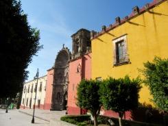 Juste devant la Plaza Allende, se dresse le Templo de Nuestra Señora de la Salud. San Miguel de Allende, Guanajuato, Mexique.