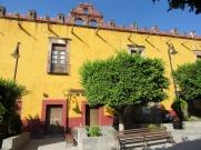 L'université de León Plantel a aussi son entrée sur la Plaza Allende. San Miguel de Allende, Guanajuato, Mexique.