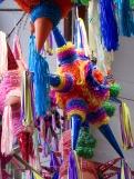 Des piñatas multicolores sont accrochées au plafond du marché Ignacio Ramírez. San Miguel de Allende, Guanajuato, Mexique.