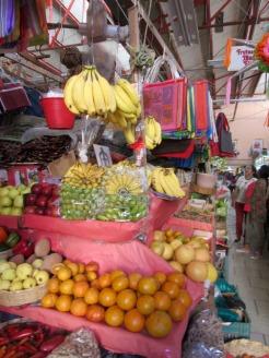 Les étals du marché sont chargés de fruits et de légumes frais, Mercado Ignacio Ramírez, San Miguel de Allende, Guanajuato, Mexique.