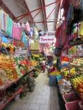 Les fruits et légumes sont en abondance et à un bon prix au mercado Ignacio Ramírez. Un peu plus loin, des marchandes de fleurs attendent la venue des clients. San Miguel de Allende, Guanajuato, Mexique