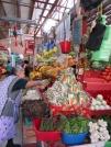 Cette femme prend bien soin de son étal et sa marchandise est toujours bien disposée au mercado Ignacio Ramírez, San Miguel de Allende, Guanajuato, Mexique.