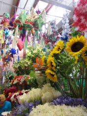 Difficile de faire un choix parmi toutes les fleurs au mercado Ignacio Ramírez, San Miguel de Allende, Guanajuato, Mexique.