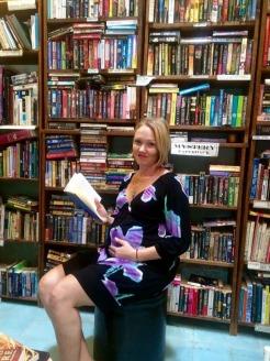 Michelle Garrison dans sa librairie Garrison & Garrison Books sur la rue Hidalgo. Elle y vend des livres neufs ou usagés ainsi que des livres pour enfants. À notre départ, elle attendait l'arrivée d'un merveilleux petit garçon. San Miguel de Allende, Guanajuato, Mexique.