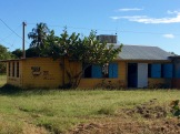 Située près de l'école, cette magnifique bibliothèque municipale a attiré notre attention. Il y a même une chute pour le retour des livres quand la bibliothèque est fermée! J'aimerais bien lire dans un environnement si paisible, avec vue sur la mer! Hopkins, Stann Creek District, Belize.