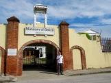 Nous devons attendre qu'un gardien déverrouille la grille avant d'entrer dans le Musée du Bélize. Il doit effectuer le même rituel pour nous laisser sortir. Belize City, Belize District, Belize.