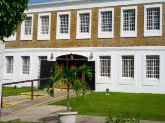 Le Musée de Belize City loge dans l'ancienne prison nationale construite en 1857. Chaque fenêtre correspond à la grandeur d'une cellule. Belize District, Belize.