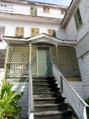 Vieille demeure de bois du quartier Fort George, à Belize City. Qui sait ce que nous cache l'intérieur? J'aurais bien aimé en visiter une...Belize District, Belize.