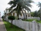Certaines maisons du quartier Fort George sont les témoins des temps anciens, leur peinture délavée par le soleil, la pluie et l'humidité. Belize City, Belize District, Belize.