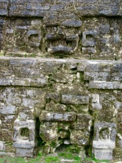 Détail de la devanture du Temple of Masonry Altars, Altun Ha, Belize District, Belize.