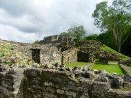 Vestiges de ce qui étaient probablement des appartements, à l'arrière plan, nous apercevons le Temple of the Masonry Altars ou le Temple of the Sun God, Altun Ha, Belize District, Belize.