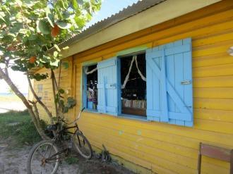J'ai été séduite par cette bibliothèque aux volets bleus et sa vue sur la mer. Hopkins, Stann Creek District, Belize.