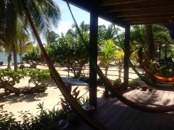 La vue sur la mer est toujours paisible, peu importe l'heure de la journée. Véranda de Tipple Tree Baya, Hopkins, Stann Creek District, Belize.