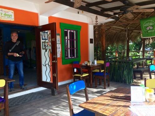 Nous avons pris nos habitudes, comme celle de prendre notre repas du midi au Thongs Café. Un bon service et excellente nourriture. Hopkins, Stann Creek District, Belize.