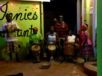 Tous les lundis soirs, le restaurant Innies offre un spectacle de jembe avec des chansons Garifunas. Hopkins, Stann Creek District, Belize.