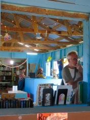 Nous avons obtenu la permission de visiter la bibliothèque et de prendre des photos. Elle est très attirante avec ses murs bleus, un bel environnement pour la lecture. Hopkins, Stann Creek District, Belize.