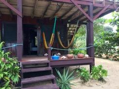 Nous logeons à Tipple Tree Beya, notre chambre est confortable et nous donne accès à un grand balcon avec des hamacs. Hopkins, Stann Creek District, Belize.