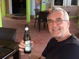 Dans l'attente d'un repas bien apprécié sur la terrasse du restaurant Innies. L'effigie sur l'étiquette de la bière Belikin est inspirée du Temple of the Masonry Altars, une structure de Altun Ha. Hopkins, Stann Creek District, Belize