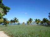 Il est possible de voir la mer en marchant sur le long trottoir réservé aux piétons qui traverse Placencia. Stann Creek District, Belize.