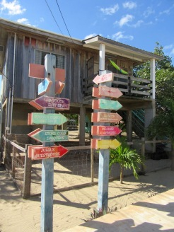 Pas question de perdre son chemin en suivant le trottoir de Placencia! Stann Creek District, Belize.