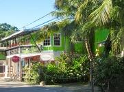Quelques boutiques de souvenirs ont pignon sur la rue principale. Placencia, Stann Creek District, Belize.