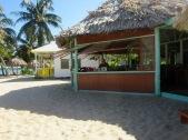 Le restaurant De'Tatch offre une vue sur la plage et le sable. Les poissons sont frais et délicieux. Placencia, Stann Creek District, Belize.