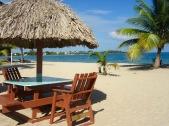 Déguster un bon repas, les deux pieds dans le sable, c'est possible dans plusieurs restaurants de Placencia. Stann Creek District, Belize.
