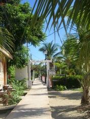 Un long trottoir, appelé le Sidewalk, longe la plage entre les maisons et les restaurants. Placencia, Stann Creek District, Belize.