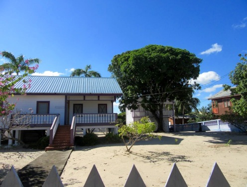 Les maisons de Placencia sont construites sur le sable et plusieurs reposent sur pilotis. Stann Creek District, Belize.