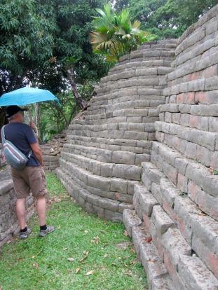Certains murs de Lubaantun sont courbés et ajoutent au charme du site. Toledo District, Belize.