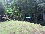 Lubaantun. La pluie s'est arrêtée aussi soudainement qu'elle est arrivée. Mais nous sommes dans la jungle et les gouttes continuent de tomber des arbres. Nous avons poursuivi la visite avec notre parapluie. Toledo District, Belize.