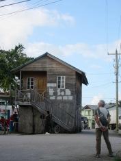 Ce tout petit bâtiment est en bordure du Parque Central. Il a attiré notre attention dès notre arrivée, il trône au milieu de la circulation et des activités économiques de la ville. Quelle est son histoire? Toledo District, Belize.
