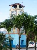 Horloge du Parque Central de Punta Gorda. Il y a beaucoup d'activités autour de ce parc et des commerces qui l'environnent. Toledo District, Belize.