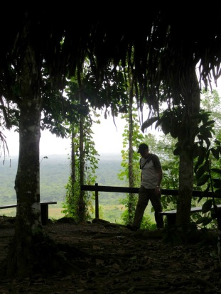 Nim Li Punit est entourée de la jungle et fait rêver d'aventures. Mon amoureux n'y échappe pas! Située en hauteur, la cité ancienne offre un panaroma unique. Toledo District, Belize.