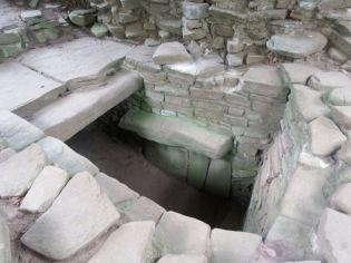 Quelques tombes ont été mises à jour, elles ont permis de mieux comprendre les habitudes et les croyances des habitants de la cité. Nim Li Punit, Toledo District, Belize.
