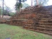 La coupe carrée des pierres de Lubaantun est particulière. De plus, elles sont retenues par très peu de mortier. Toledo District, Belize.