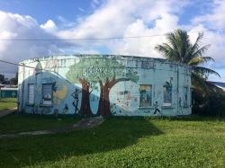 Une joilie bibliothèque ronde avec ses murs peints. Un bel endroit pour lire! Punta Gorda, Toledo District, Belize.