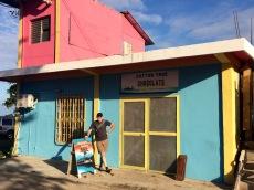 Mon amoureux n'a pu rèsister à l'attrait du chocolat et je dois avouer que celui du Cotton Tree est délicieux! Punta Gorda, Toledo District, Belize.