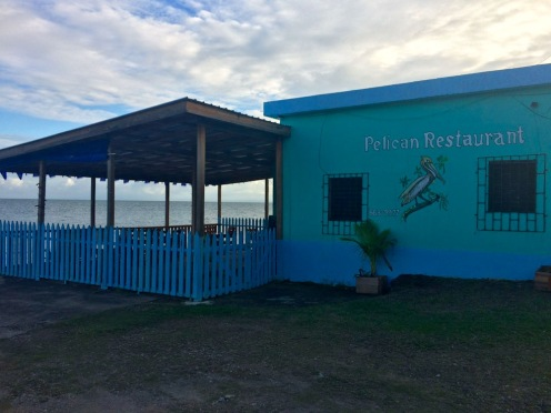 Le restaurant Pelican en fin d'après-midi, juste avant sa réouverture pour le repas du soir. Punta Gorda, Toledo District, Belize.